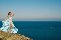 Rothaariges Mädchen in einem blauen Kleid Stockbilder