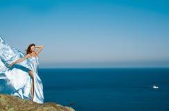 Rothaariges Mädchen in einem blauen Kleid Stockfotografie