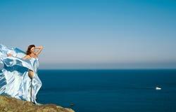 Rothaariges Mädchen in einem blauen Kleid Stockfotos