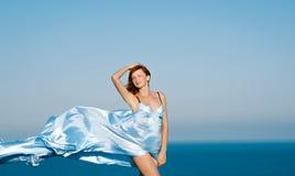 Rothaariges Mädchen in einem blauen Kleid Lizenzfreie Stockfotos