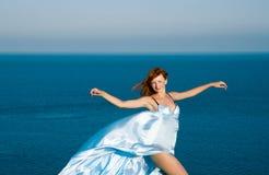 Rothaariges Mädchen in einem blauen Kleid Lizenzfreie Stockbilder