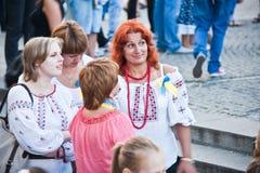 Rothaariges Mädchen im Nationalkostüm Lizenzfreie Stockfotos