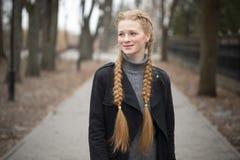 Rothaariges Mädchen mit Bortenfrühling in der Natur lizenzfreie stockfotografie