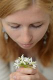 Rothaariges Mädchen mit den Sommersprossen, die Weiß betrachten Stockfotografie