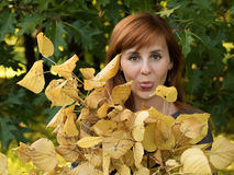 Rothaariges Mädchen mit gelben Blättern Lizenzfreies Stockbild