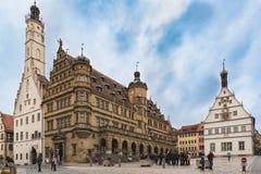 ROTHENBURG, DEUTSCHLAND - 24. OKTOBER 2017: Nicht identifizierte Touristen genießen einen Sightseeing-Tour über dem historischen  Stockbild
