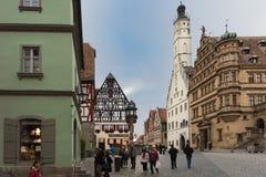 ROTHENBURG, DEUTSCHLAND - 24. OKTOBER 2017: Nicht identifizierte Touristen genießen einen Sightseeing-Tour über dem historischen  Lizenzfreie Stockbilder