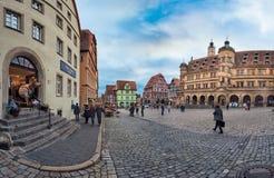 ROTHENBURG, DEUTSCHLAND - 24. OKTOBER 2017: Nicht identifizierte Touristen genießen einen Sightseeing-Tour über dem historischen  Stockfoto