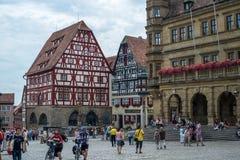 Rothenburg ob de陶伯,德国- 2015年7月19日:中世纪德国镇中心广场有木材构成建筑的 库存图片