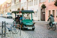 Rothenburg ob der陶伯,德国, 2016年12月30日:在装饰的汽车的旅行 游人的娱乐在期间的 免版税库存照片