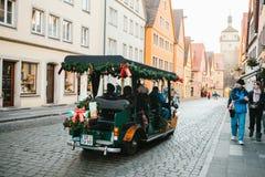 Rothenburg ob der陶伯,德国, 2016年12月30日:在装饰的汽车的旅行 游人的娱乐在期间的 免版税库存图片