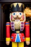 Rothenburg ob der Tauber Hölzerner Weihnachtscharakter nahe der Einstiegstür von Kathe Wohlfahrt Christmas-Geschäft deutschland lizenzfreie stockfotografie