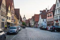 ROTHENBURG-OB-DER-TAUBER NIEMCY, LIPIEC, -, 19 Uliczny widok z średniowiecznymi budynkami, samochodami i niewiadomymi ludźmi chod fotografia royalty free