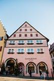 Rothenburg ob dera Tauber, Niemcy, Grudzień 30, 2016: Bożenarodzeniowy zakupy i dekorujący domy w miasta ` s głównym placu Zdjęcia Stock
