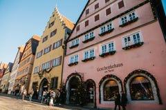 Rothenburg ob dera Tauber, Niemcy, Grudzień 30, 2016: Bożenarodzeniowy zakupy i dekorujący domy w miasta ` s głównym placu Fotografia Royalty Free