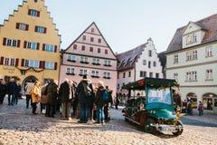 Rothenburg ob dera Tauber, Niemcy, Grudzień 30, 2016: Tam są wiele turyści na głównym placu miasto podczas Zdjęcie Royalty Free
