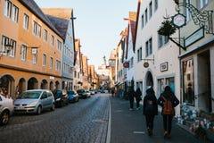 Rothenburg ob dera Tauber, Niemcy, Grudzień 30, 2016: Ulica z dekorującymi sklepami podczas Bożenarodzeniowych wakacji Zdjęcie Royalty Free