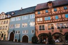 Rothenburg ob dera Tauber, Niemcy, Grudzień 30, 2016: Ulica z dekorującymi sklepowymi okno podczas Bożenarodzeniowych wakacji Obrazy Stock