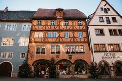 Rothenburg ob dera Tauber, Niemcy, Grudzień 30, 2016: Ulica z sklepami i hotelami podczas Bożenarodzeniowych wakacji Obraz Royalty Free