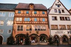 Rothenburg ob dera Tauber, Niemcy, Grudzień 30, 2016: Ulica z sklepami i hotelami podczas Bożenarodzeniowych wakacji Zdjęcia Royalty Free