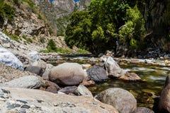 Rotholz-Nebenfluss, Landstraße 180, Nationalpark König-Canyon, Californ Stockfotografie
