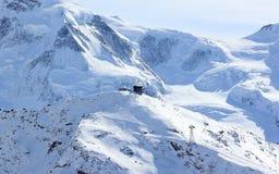 从Rothorn的看法3,103 m陈列瑞士阿尔卑斯的高山 瓦雷兹, Switzerland.Factories在瓦雷兹,瑞士散开抽烟作为工业废料到航空 免版税库存照片