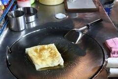 Roti怂恿在夜农贸市场的油煎的泰国词,印地安食物,薄煎饼小面包干, roti canai, dal,咖喱,塔利克或拉扯 库存图片