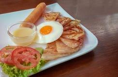 Roti με το γλυκαμένο συμπυκνωμένο γάλα και το τηγανισμένο αυγό, χρυσό delicio Στοκ Φωτογραφία