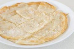 Roti Canai häller förtätat mjölkar och strilar socker överst, klippte int Royaltyfri Bild