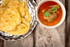 Roti-canai mit würzigem Curry Stockbilder