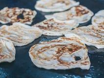 Roti die, Indisch traditioneel straatvoedsel maken royalty-vrije stock afbeelding