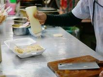 Roti fresco mesmo após o cozimento com o leite condensado abrandado que está sendo adicionado na parte superior imagem de stock