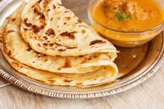 Roti-parantha Porotta multi überlagert mit Curry stockfotos