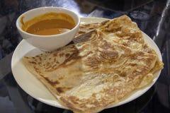 Roti Prata avec la sauce au jus de cari Photos libres de droits