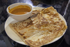 Roti Prata con il sugo del curry Fotografie Stock Libere da Diritti