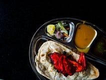 Roti Prata mit Huhn Ein populäres Indisch-beeinflußtes Lebensmittel in Mal stockbilder