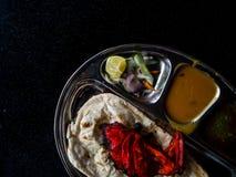 Roti Prata mit Huhn Ein populäres Indisch-beeinflußtes Lebensmittel in Mal lizenzfreie stockfotos