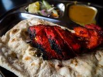 Roti Prata mit Huhn Ein populäres Indisch-beeinflußtes Lebensmittel in Mal stockfotografie