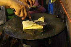Roti småfisk på den varma pannan Arkivbilder