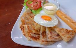 Roti z słodzącym zgęszczonym mlekiem i smażącym jajkiem, złoty delicio Obrazy Stock