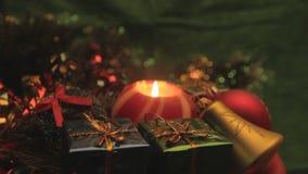 Rotierende Weihnachtskerze mit Geschenken und Verzierungen stock video footage