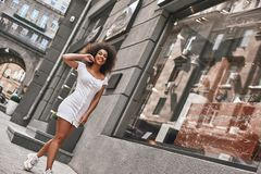 Rotina diária Comprimento completo da mulher afro-americana bonita no sentimento branco à moda feliz e que sorri ao andar fotos de stock