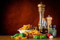 Χρωματισμένο Rotini με το μαγείρεμα των συστατικών και του διαστήματος αντιγράφων Στοκ εικόνα με δικαίωμα ελεύθερης χρήσης