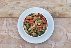 Rotini Tricolored в белом керамическом шаре стоковые фотографии rf