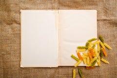 Rotini und offenes Buch Stockfotos