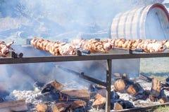 Rotisseriehuhn, das am Erntefest in Vernon New Jersey geräuchert ist Lizenzfreie Stockbilder