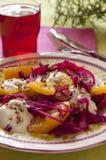 Rotkohl und orange Salat mit Joghurtbehandlung stockfoto