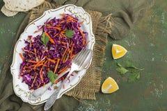Rotkohlkohlsalatsalat mit Karotten Stockbilder