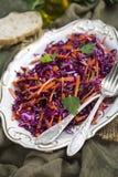 Rotkohlkohlsalatsalat mit Karotten Lizenzfreie Stockfotos