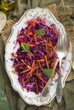 Rotkohlkohlsalatsalat mit Karotten Lizenzfreies Stockfoto